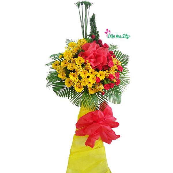 Lẵng hoa khai trương là sự kết hợp của hoa hướng dương và hoa hồng đỏ, hai màu của sự phát tài, tấn lộc