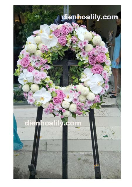 Vòng hoa chia buồn để gửi đến gia quyến tang gia giống như một sự sẻ chia sâu sắc của người viếng trước nỗi mất mát lớn lao,